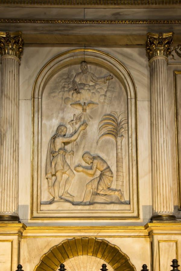Torino, Italia, il 27 giugno 2019: Bassorilievo che descrive il battesimo di Gesù sulla parete in cattedrale di Saint John Baptis immagini stock libere da diritti