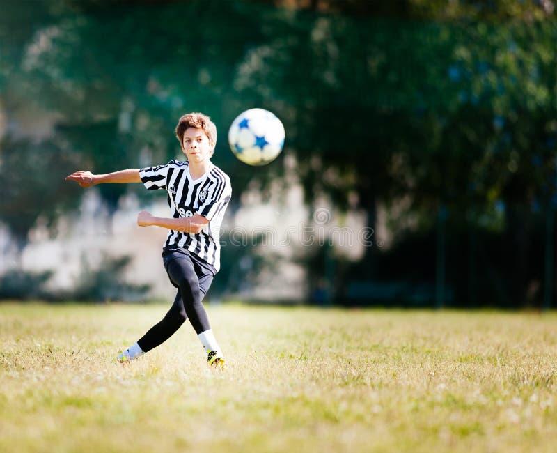 TORINO, ITALIA - 15 MAGGIO 2016: Il ragazzo caucasico dà dei calci alla palla durante immagine stock libera da diritti