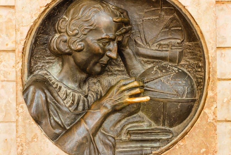 TORINO, ITALIA OTTOBRE 2018: Il medaglione bronzeo nell'altorilievo che descrive Cristoforo Colombo ha creato dall'artista famoso fotografia stock libera da diritti