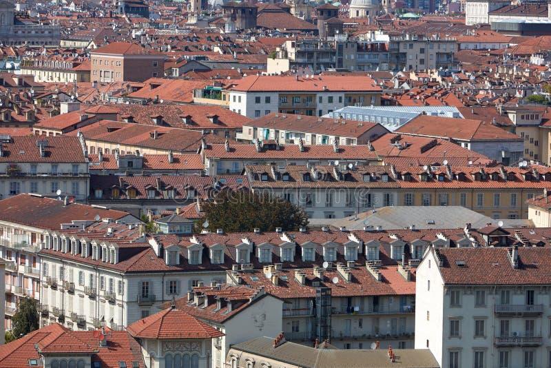 Torino, tetti italiani della città e vista del fondo delle costruzioni in un giorno di estate fotografie stock libere da diritti
