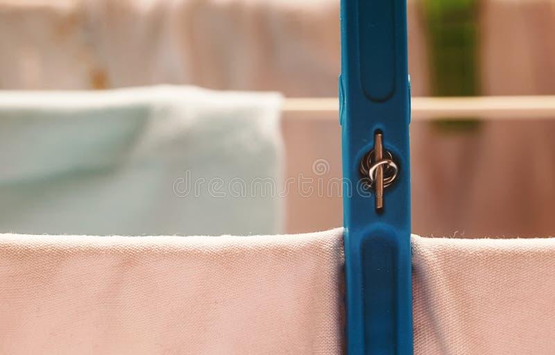 Torka kläder på tråd royaltyfri foto