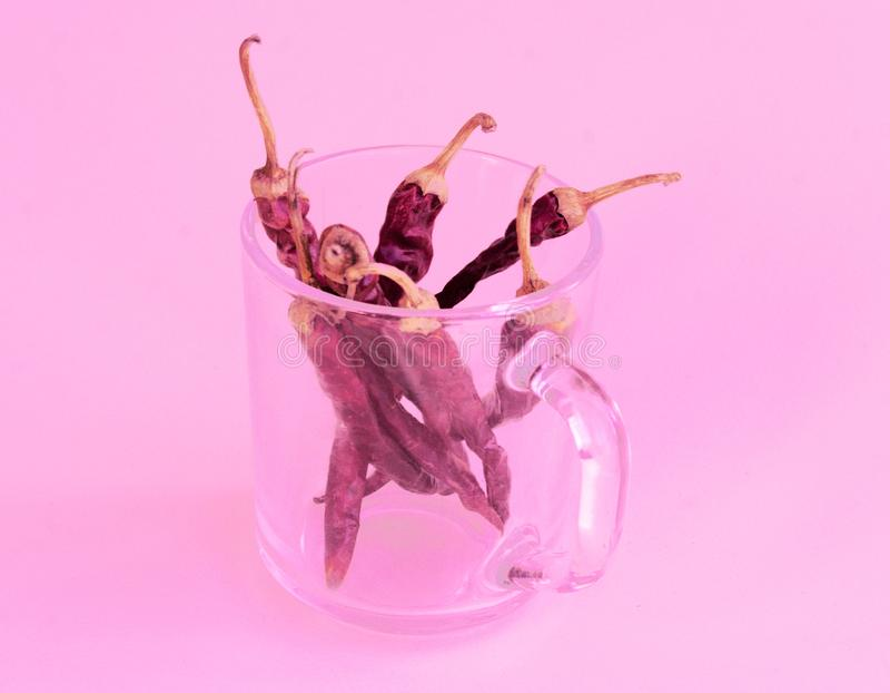 Torka varm peppar i en glass kopp arkivfoton