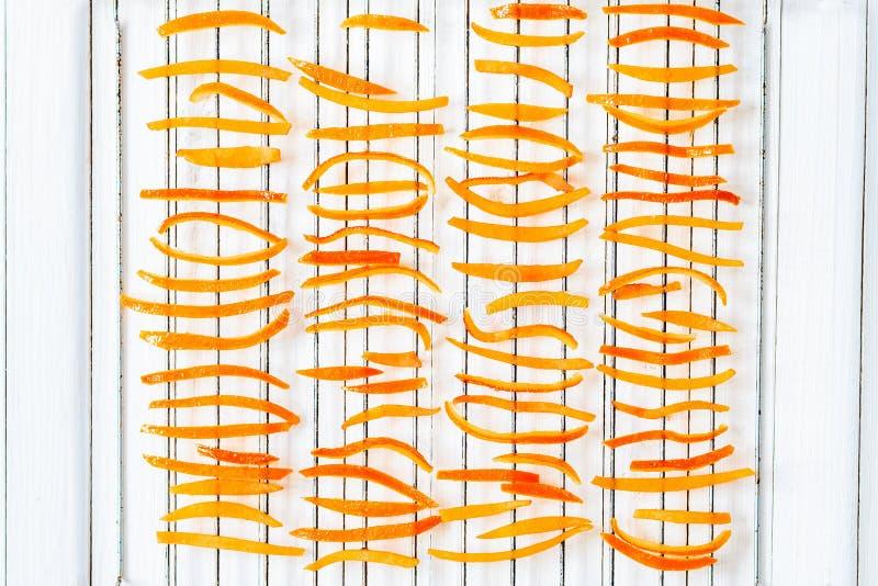 Torkad apelsinskal på gallret royaltyfri foto