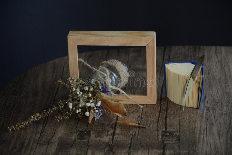 Torkad blomma i ramen arkivbild