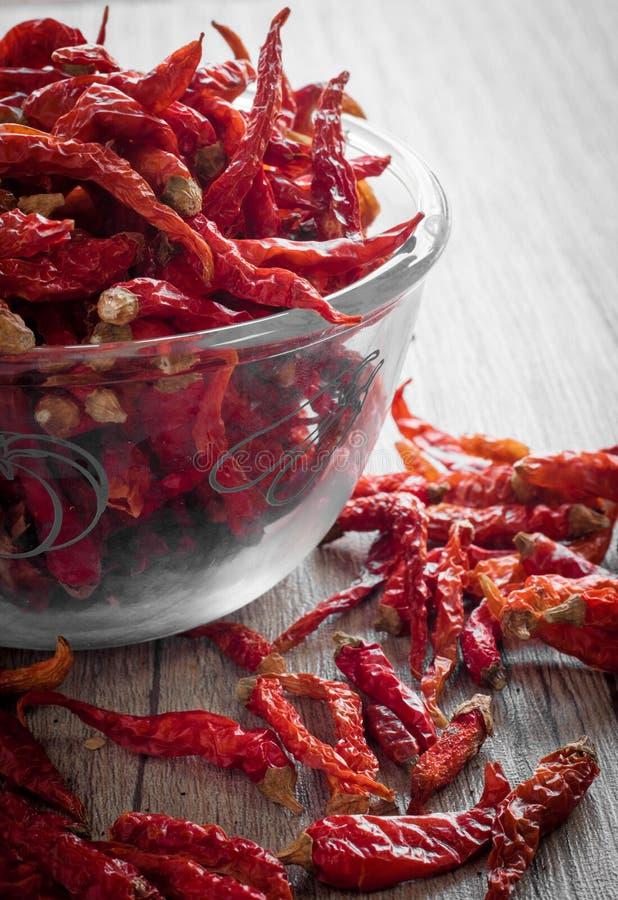 Torkad chili i en glass bunke arkivbilder