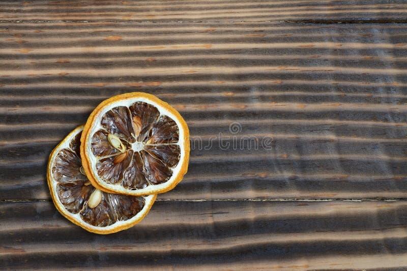 Torkad citron på en träbakgrund arkivfoto