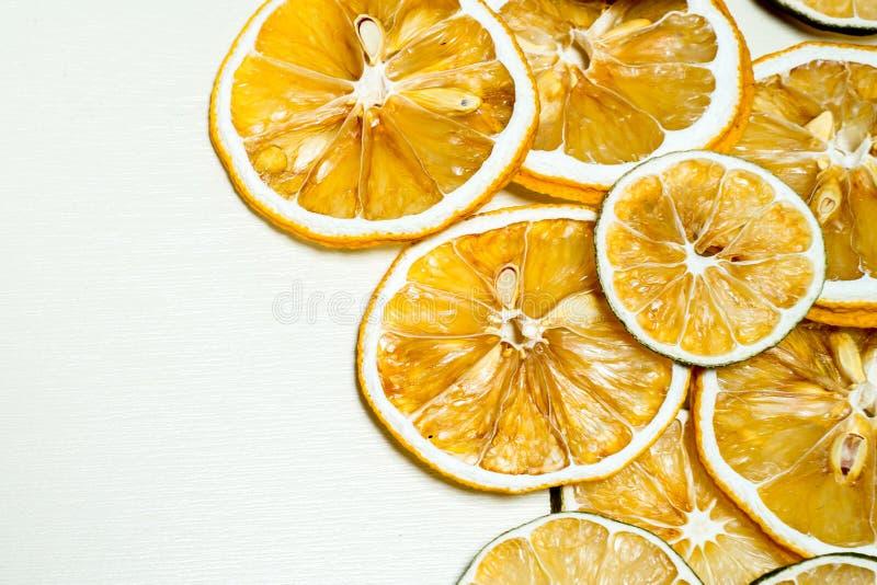 Torkad citronskiva som staplas som isoleras tillsammans med vit bakgrund Torkad citronskiva med torkat frö inom staplat fotografering för bildbyråer