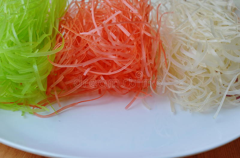 Torkad färgrik thailändsk risnudel på den vita plattan arkivbild