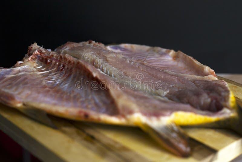 Torkad fisk i snittet, lutfiskkarp royaltyfri bild