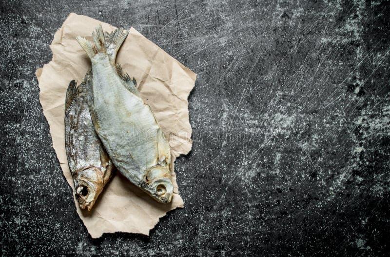 Torkad fisk p? papper arkivfoton