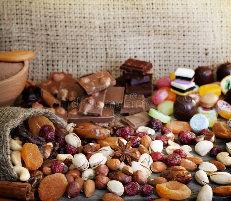 Torkad frukter och godis för choklad muttrar arkivfoton