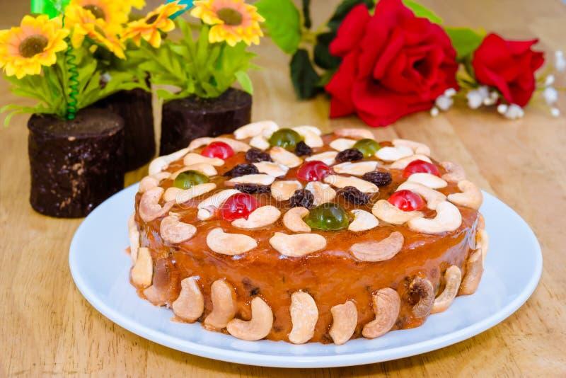Torkad frukttårta med blandningmuttern och - frukt royaltyfria bilder