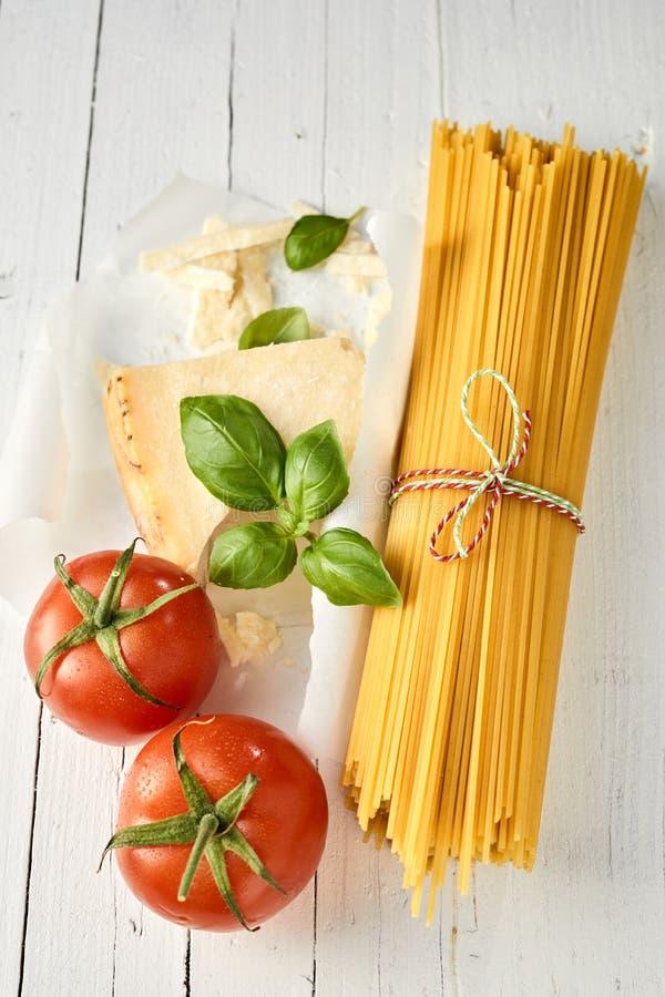 Torkad italiensk spagetti med parmesanost arkivfoton