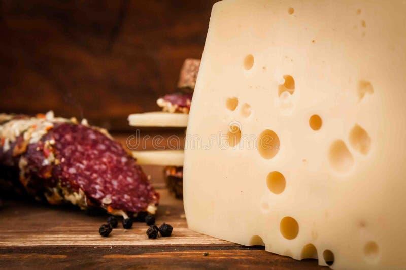 Torkad korv och ost med hål för frukost arkivbilder