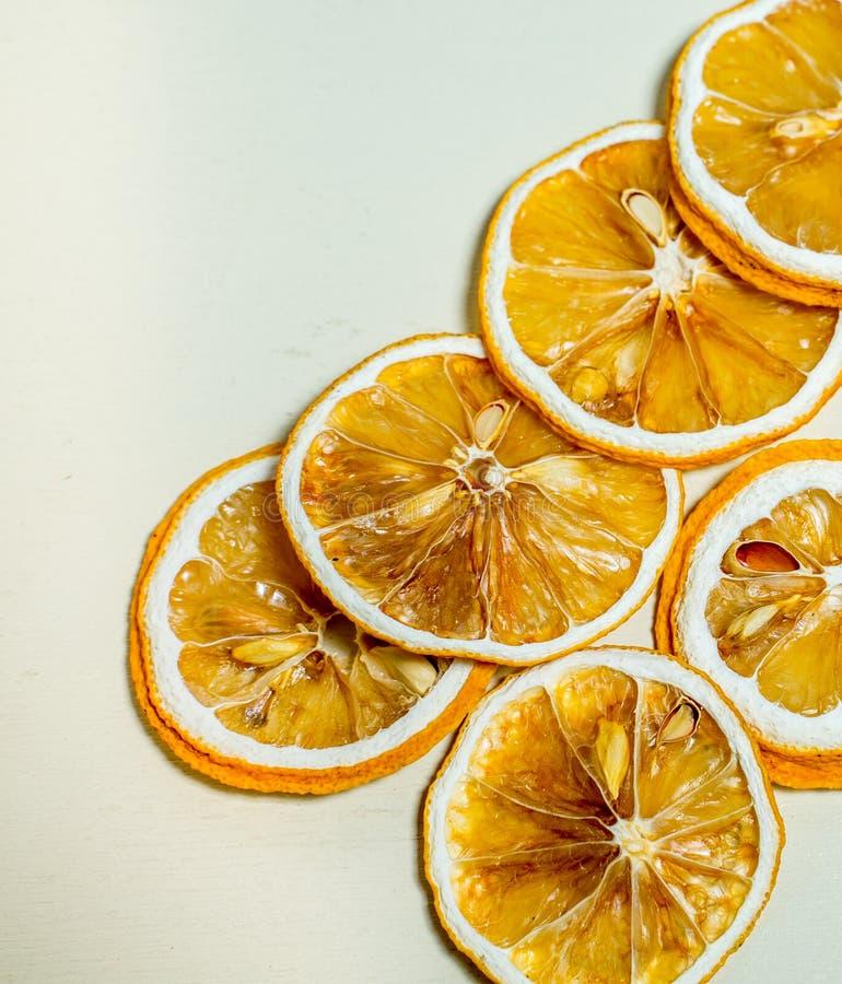 Torkad lemnonskiva som staplas samman med vit bakgrund Torkad citronskiva med torkat frö inom staplat royaltyfri bild