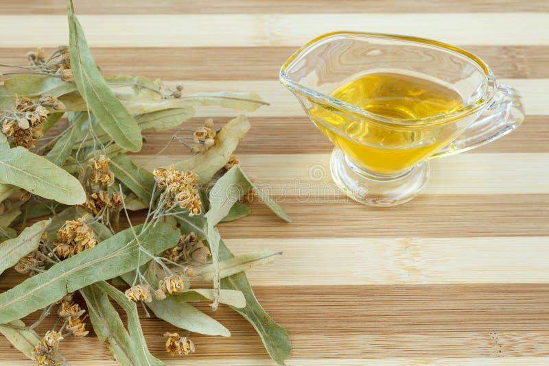 Torkad limefruktblomning och honung för att förbereda den växt- boten för förkylning och för influensa royaltyfri fotografi