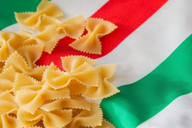 Torkad makaroni på bakgrunden av den italienska flaggan färgar för bakgrund substrate, sammansättningsbruk, ställe för ditt arkivbilder