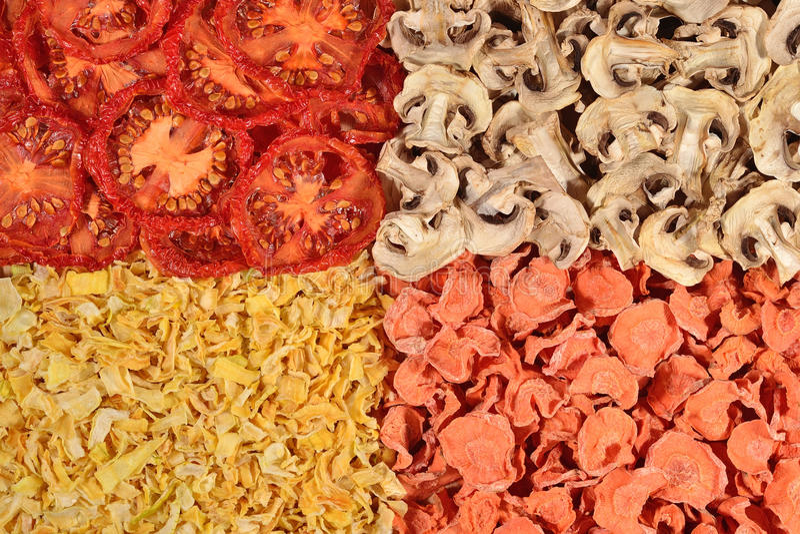 Torkad tomater, morötter, lökar och champinjonbakgrund arkivbild