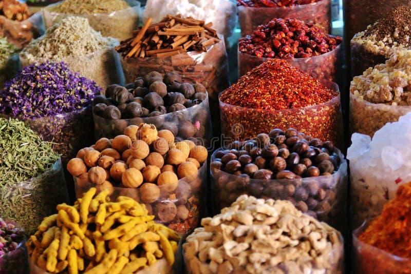 Torkade örter blommar kryddor i kryddasouqen på Deira arkivfoton