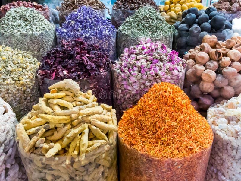 Torkade blommaknoppar och kryddor i Dubai kryddar Souk arkivfoton