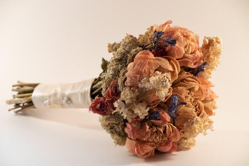 Torkade blommor från att gifta sig buketten royaltyfri bild