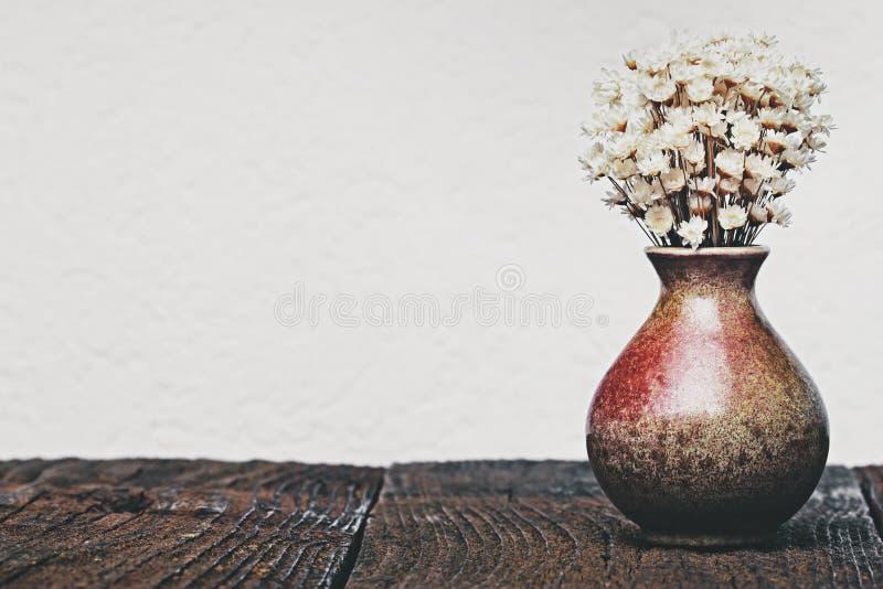 Torkade blommor i vasen arkivfoton