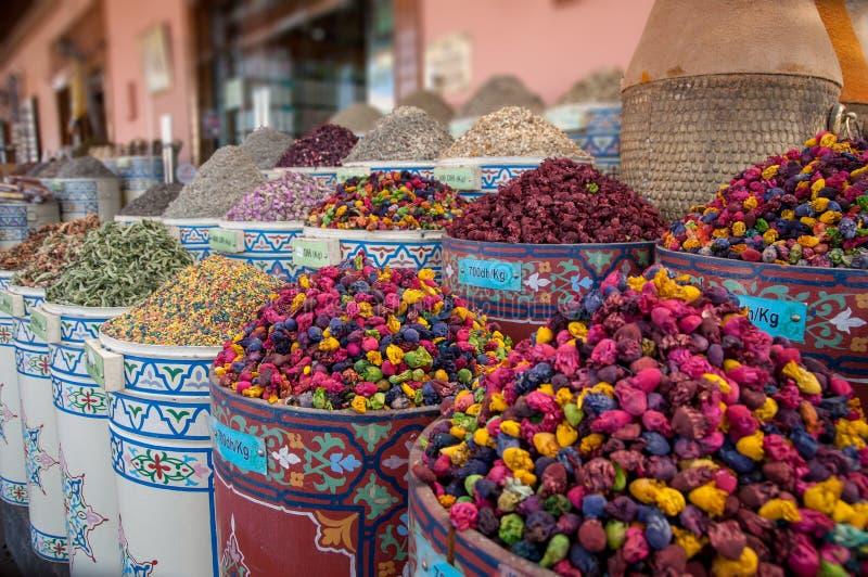 Torkade blommor och örter på en marknad i Marocko arkivbilder