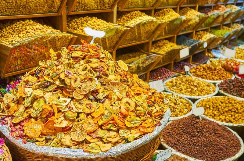 Torkade frukter och muttrar i den Tajrish basaren, Teheran, Iran royaltyfria foton
