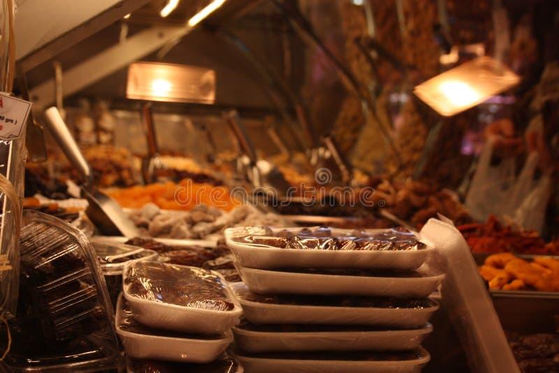 Torkade frukter och torkad frukt i en marknad arkivfoto