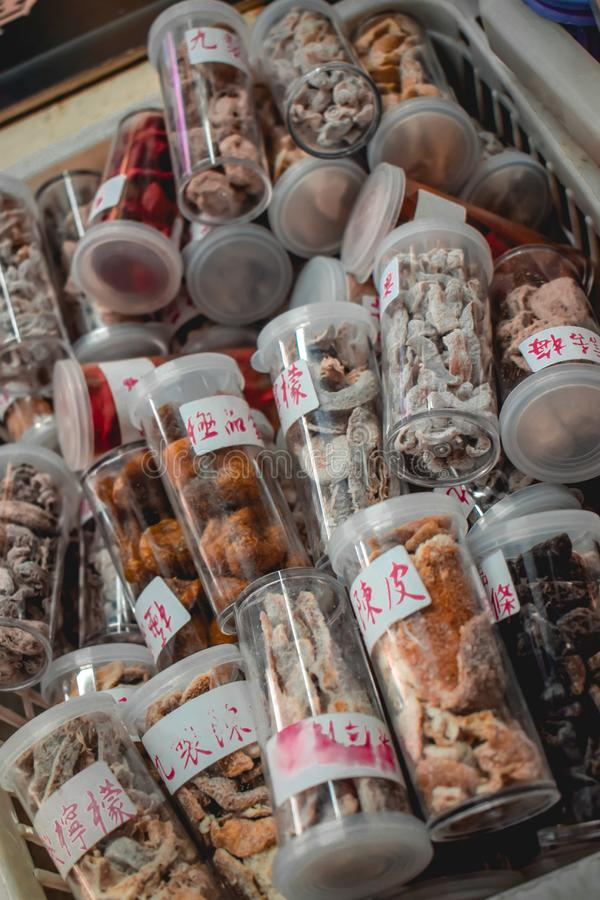 Torkade kinesiska champinjoner och örter som används för traditionell medicin arkivbild