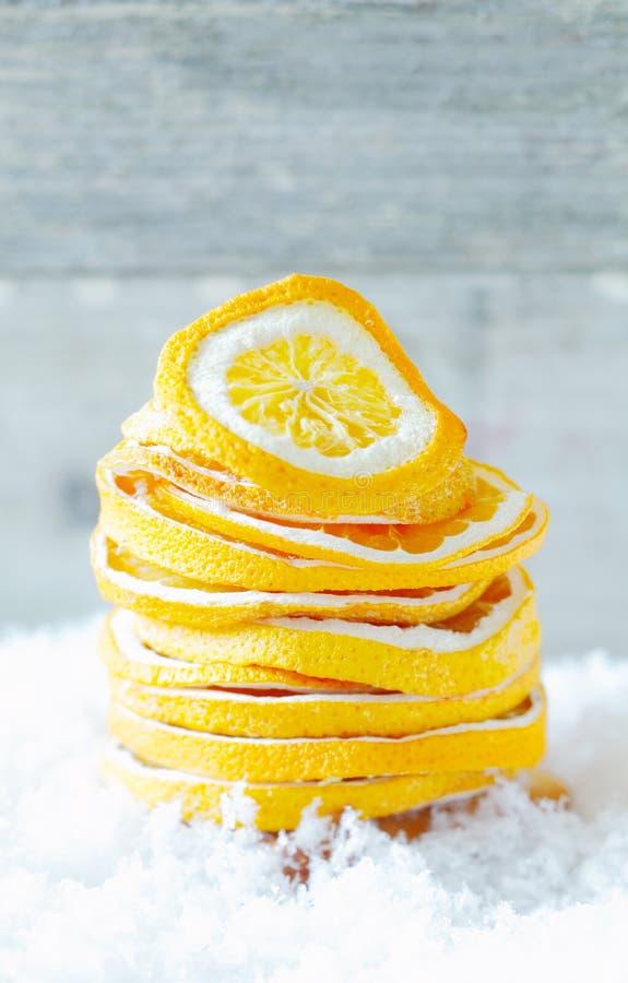 Torkade orange skivor i snow arkivfoto