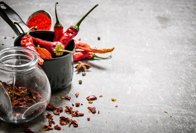 Torkade peppar i krus På stenbakgrund arkivbild