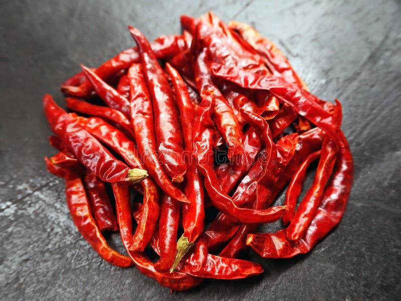 Torkade röda Chili Peppers på ståndet arkivbild