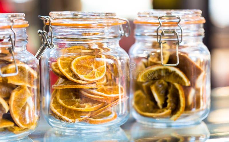 Torkade skivade apelsiner i kruset för aromatiskt varmt te royaltyfri foto