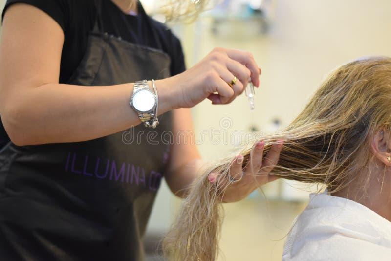 torkande hår arkivfoton