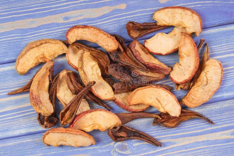 Torkat äpple och päron för att förbereda kompott av torkade frukter, sund näring royaltyfri bild