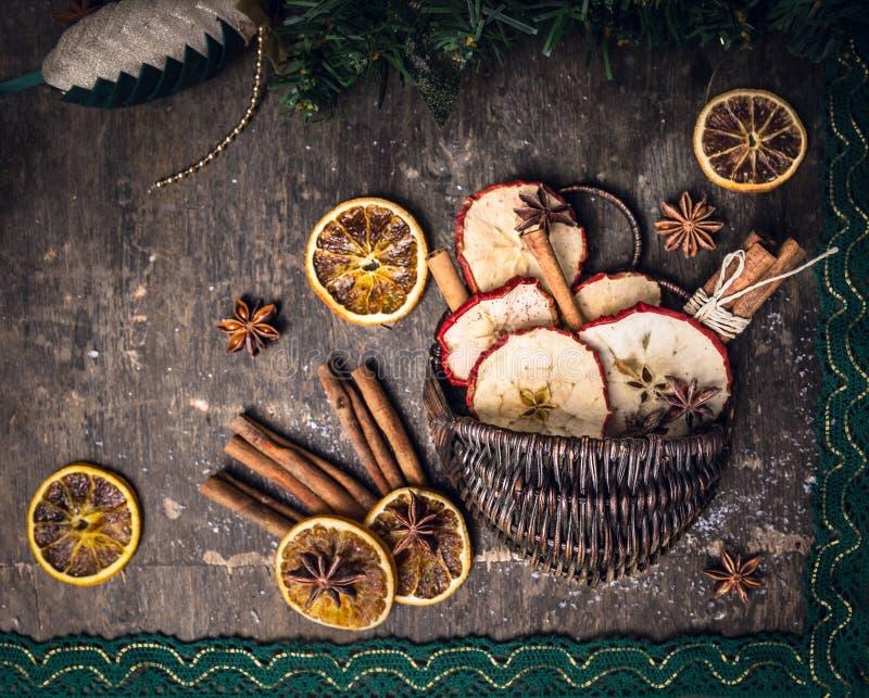 Torkat - bära frukt med kanelbruna pinnar och anisstjärnan i korg arkivbilder
