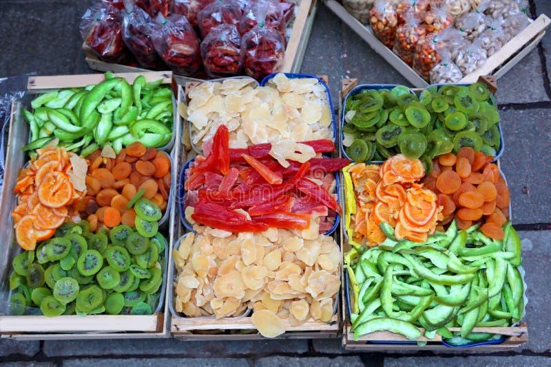 Torkat - frukt boxas till salu i den exotiska fruktmarknaden med kiwin royaltyfria bilder