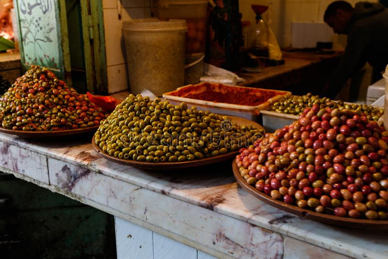 Torkat - frukt och muttrar på stånd på basaren i Marrakesh, Marocko arkivfoton
