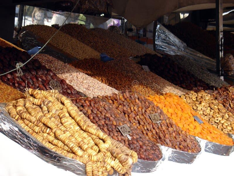 Torkat - frukt på marknaden på den Djemaa El-fna fyrkanten i Marrakesh arkivfoton