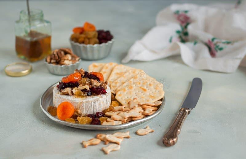 Torkat - frukt, valnöt och Honey Baked Brie royaltyfria bilder