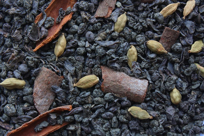 Torkat grönt te med kryddor arkivbilder