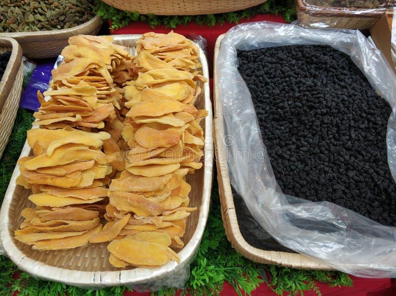 Torkat härligt - frukt i korg 001 royaltyfri bild