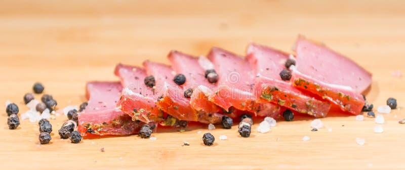 Torkat kött på träbräde arkivfoto