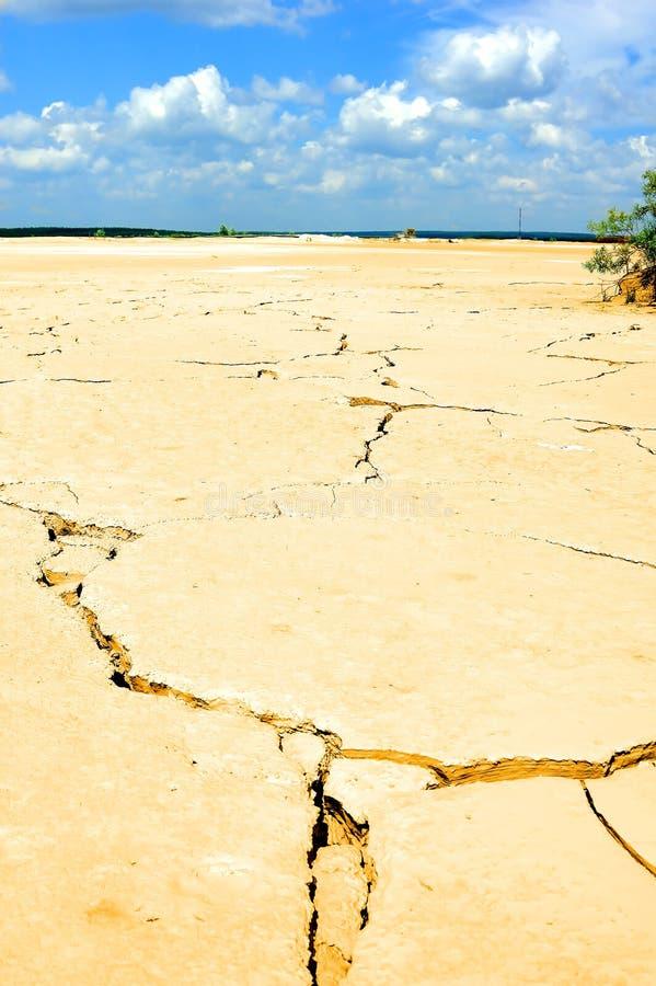 torkat land nära arkivfoton