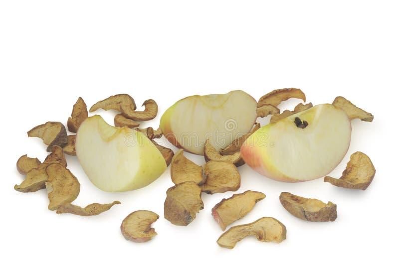 Torkat skivade och mogna äpplen i högen som isoleras på vit bakgrund royaltyfria bilder