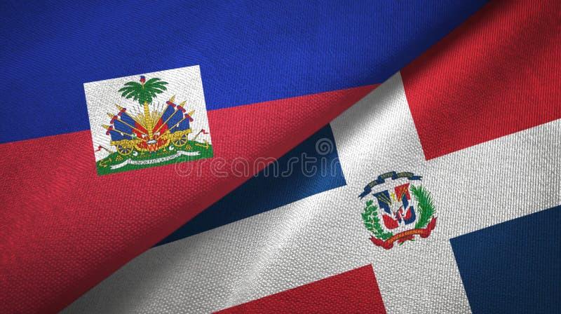 Torkduk f?r Haiti och f?r Dominikanska republiken tv? flaggatextil, tygtextur arkivfoton