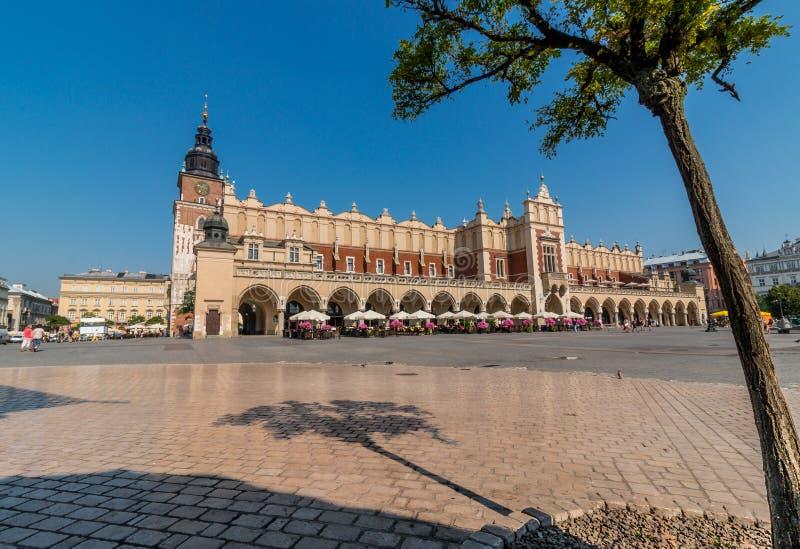 Torkduk Hall (Sukiennice) - huvudsaklig marknad Fyrkant-Cracow, Polen arkivbilder