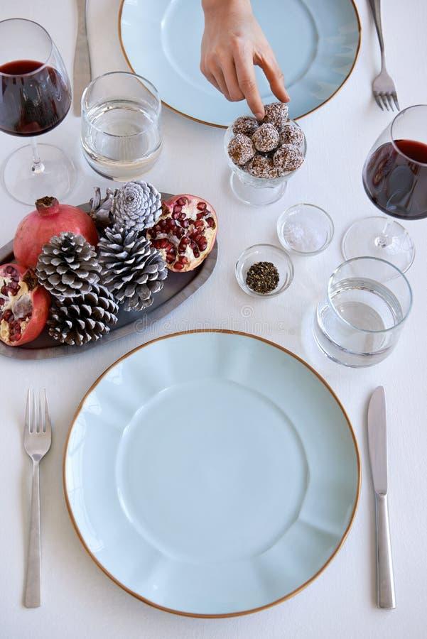 torkduken vek tabellen för inställningen för gröna för grönskaferieservetten plattor för petalen den överträffade röda säsongsbet royaltyfri foto