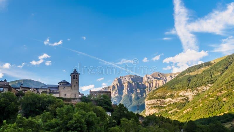 Torla Ordesa, église avec les montagnes en bas, Pyrénées Espagne photos libres de droits